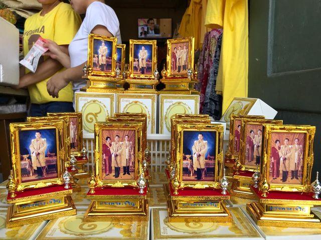 Sur les photos, le roi apparaît seul car divorcé. Mais ce mercredi 1er mai, il annoncé qu'il s'était marié en toute discrétion avec la femme qui partageait sa vie depuis quelques années