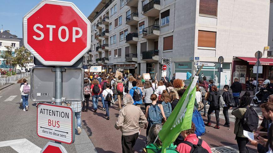 Environ 200 jeunes manifestants dans les rues de Rouen, pour dénoncer l'inaction des pouvoirs face au dérèglement climatique.