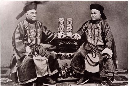 Photographie de deux mandarins vers 1900