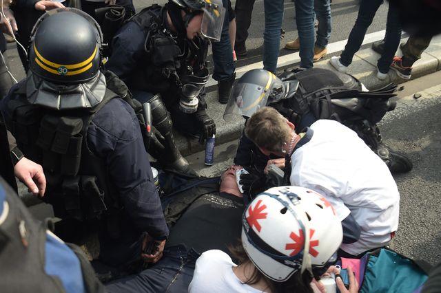 Des secouristes et des CRS soignent l'un de leurs collègues, blessé