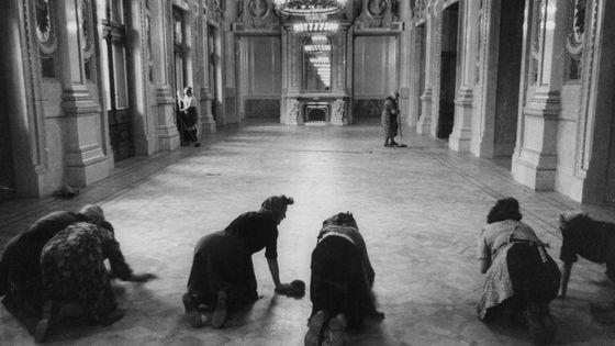 """L'Opéra de Vienne c'est aussi un corps de """"balais"""" ... et pas n'importe lequel.  Femmes nettoyant le sol avant une représentation - Opéra de Vienne en 1955"""