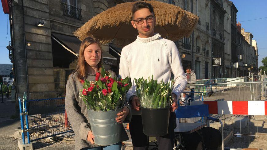Morgane et Mickael, jeunes Bordelais qui vendent du muguet