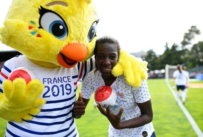 Viviane Asseyi, ici avec la mascotte de la Coupe du Monde Ettie