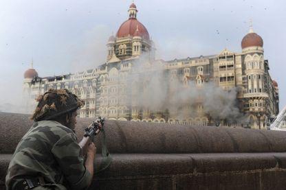 Un soldat indien pointe son arme vers l'hôtel Taj Mahal à Mumbai le 29 novembre 2008,