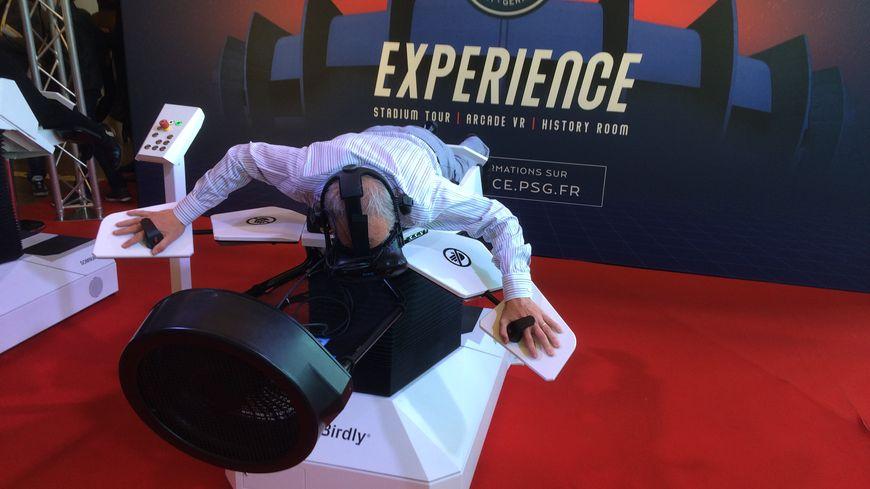 Un simulateur qui vous permet de voler au dessus du Parc des Princes. Et même de s'écraser dans les gradins.