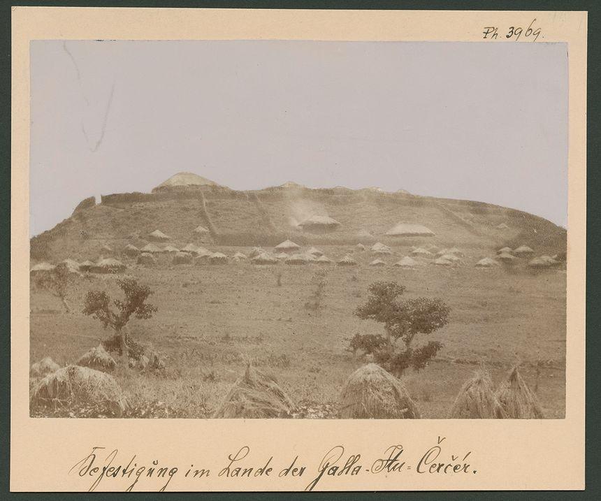 Fortification en pays des Gallas Itou, l'une des trois nouvelles photographies attribuées à Rimbaud