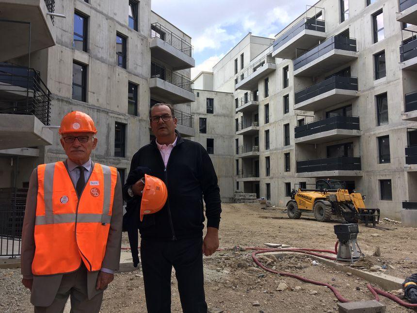 Le maire de Metz et le promoteur Stéphane Noël devant les près de 130 logements sociaux du projet