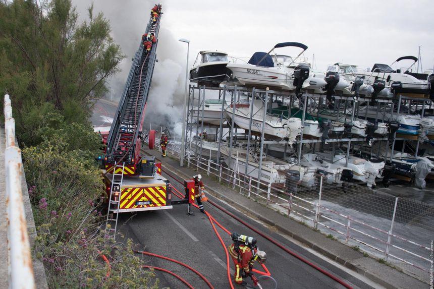 Une vingtaine d'engins ont été nécessaires pour venir à bout de l'incendie.