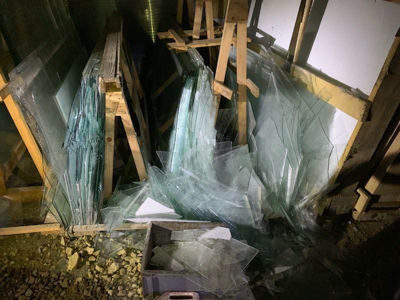 Les vitres brisées étaient stockées dans un hangar.