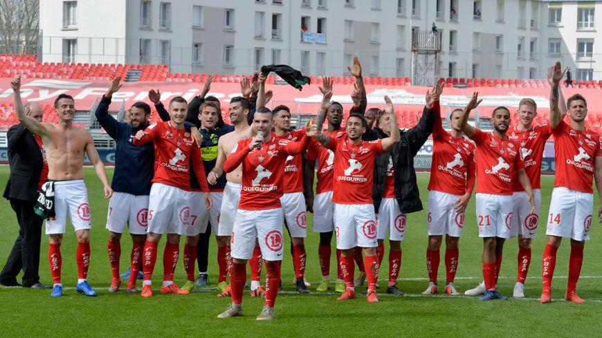 Le Stade Brestois, célébrant sa victoire sur Lens