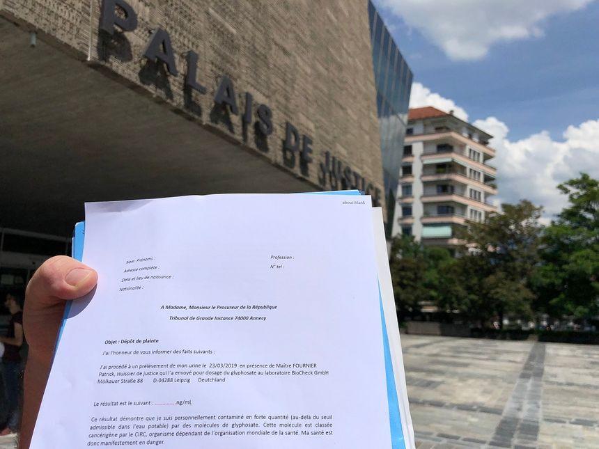 """Ce vendredi, les """"pisseurs volontaires"""" de Haute-Savoie ont déposé 150 pliantes au tribunal d'Annecy. La présence de glyphosate a été détectée dans leurs urines."""