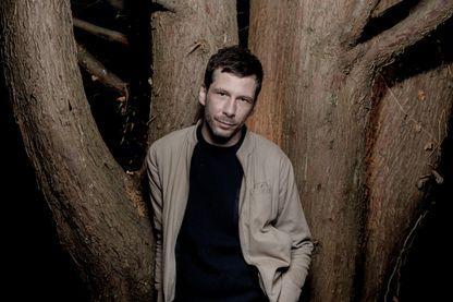 Portrait de l'auteur, compositeur et interprète Alex Beaupain.