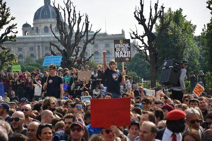 Manifestation spontanée à Vienne, samedi 18 mai, à la découverte du scandale entourant le vice-premier ministre et leader de l'extrême droite Hans-Christian Strache, accusé sur certaines pancartes d'être un « néo-nazi ».