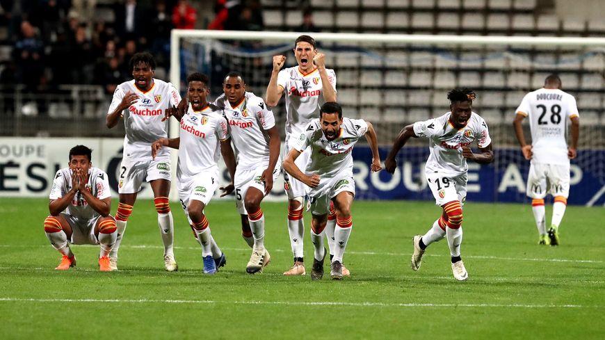 Les joueurs du RC Lens célèbrent le tir au but vainqueur de Guillaume Gillet, après une séance éprouvante face au Paris-FC, le mardi 21 mai.