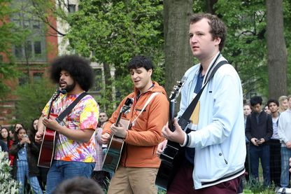 Brian Robert Jones, Ezra Koenig et Chris Baio de Vampire Weekend pendant un concert éphémère au Washington Square Park le 3 mai 2019 à New York.