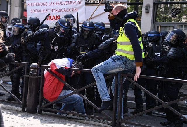 Un manifestant encerclé par les CRS dans le quartier Montparnasse à Paris