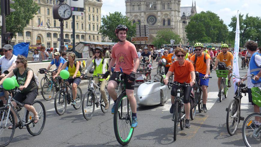 Des amoureux de vélos en route pour la mairie de Paris