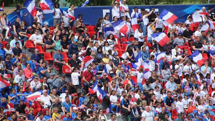 La tribune Orléans tout de bleu, blanc et rouge vêtue accueillait beaucoup d'équipes de jeunes féminines, qui ont mis l'ambiance.