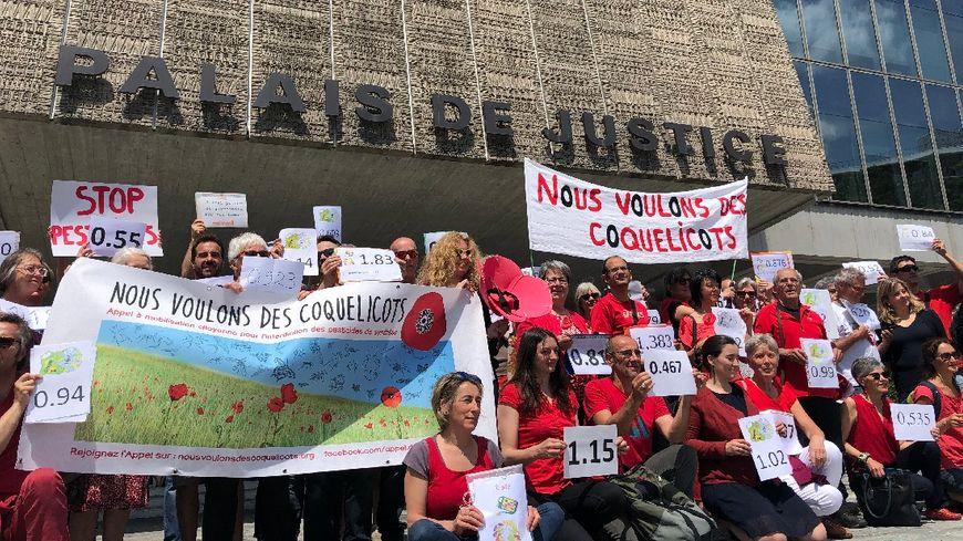"""Glyphosate - Ce vendredi, 150 plaintes pour mise en danger de la vie d'autrui ont été déposées au tribunal d'Annecy par les """"pisseurs volontaires""""."""