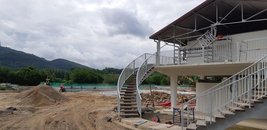 Le futur grand bassin (les parois bétonnées, au centre) attend toujours son eau et pas seulement à un mois de la réouverture (29 juin 2019) de la piscine de Chalezeule dans le Grand Besançon