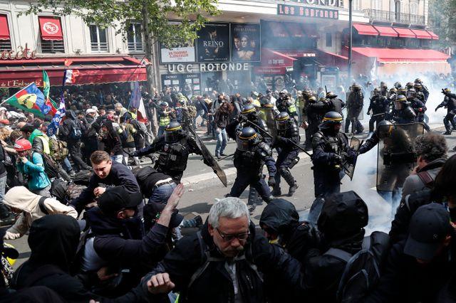 """La CGT a dénoncé une """"répression inouïe et sans discernement"""" des forces de l'ordre à Paris. Face aux violences, la FSU a quitté le cortège, sans pour autant désigner les responsables de ces violences"""