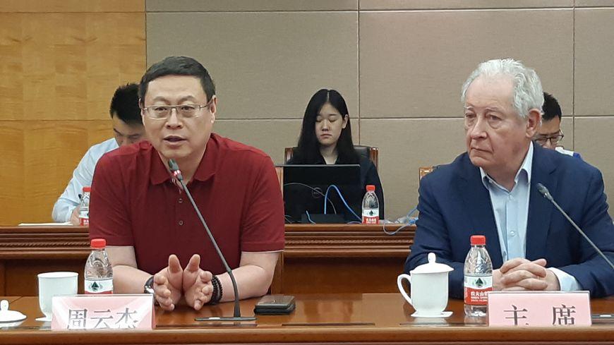 James Zhou aux côtés de Francis Graille, lors de la signature d'un partenariat avec la Fédération de Shanghai