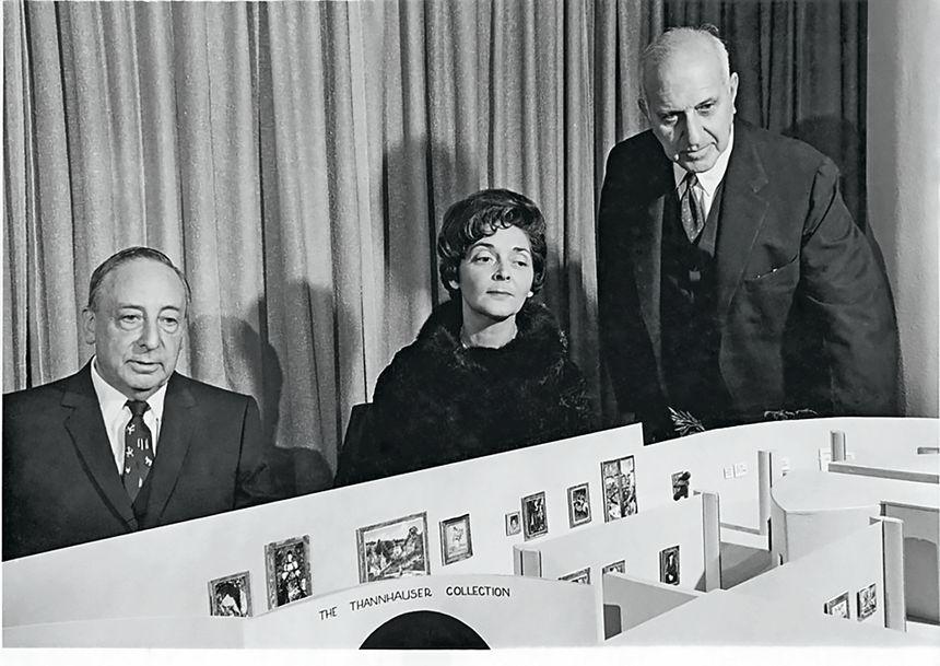 Justin et Hilde Thannhauser avec Harry Guggenheim, président de la Solomon R. Guggenheim Foundation, et une maquette montrant le projet d'aile Thannhauser au Guggenheim Museum, 1963