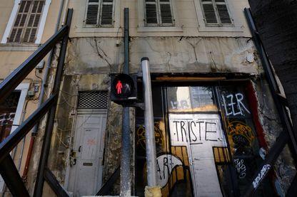 À Marseille, un immeuble insalubre soutenu par des structures métalliques