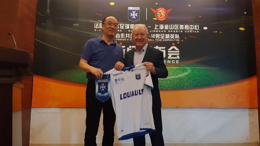 Francis Graille avec le responsable du centre sportif de Sinshan