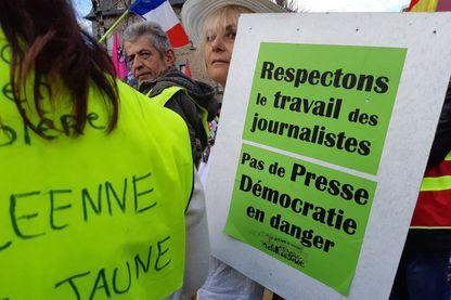 """Le 19 mars 2019 à Brive-la-gaillarde (Corrèze), des gilets jaunes pour la liberté de la presse. Sur une pancarte """"Respectons le travail des journalistes"""" et """"pas de presse, démocratie en danger""""."""