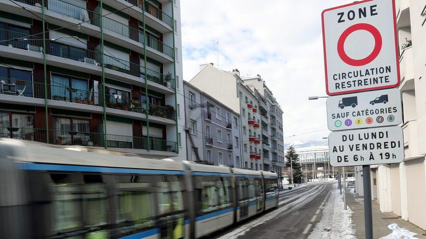 Plus large et avec des critères plus resserrés, la nouvelle ZFE succède à Grenoble à la Zone à circulation restreinte