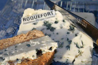 Une tranche de fromage de Roquefort.