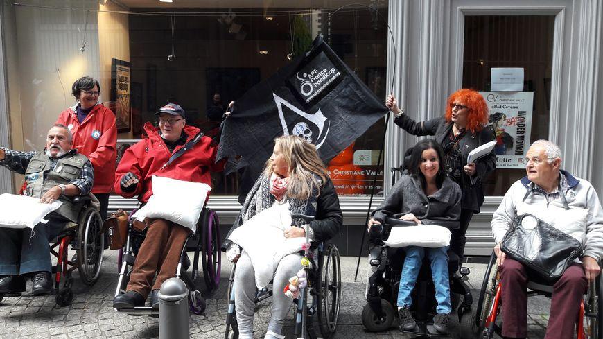 Des manifestants venus en mairie de Clermont-Ferrand avec des oreillers