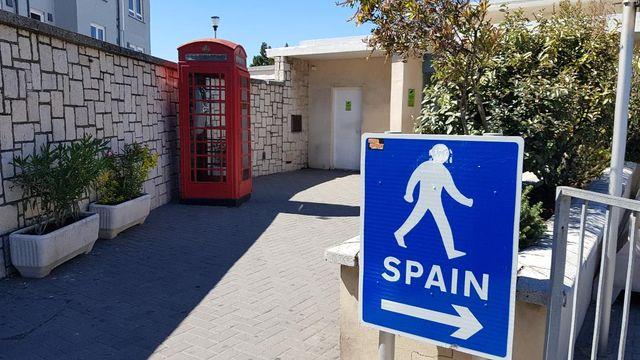 Seulement quelques mètres séparent l'Espagne et le territoire sous souveraineté britannique.
