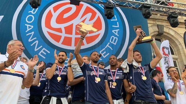 Les joueurs de la Chorale ont présenté leur deux trophées de l'année : champions de France et vainqueurs de la Leaders Cup.