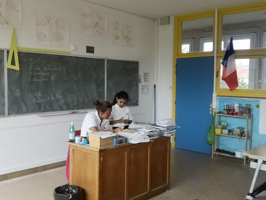 Les peites classes permettent aux professeurs d'être plus attentifs à chaque élève.