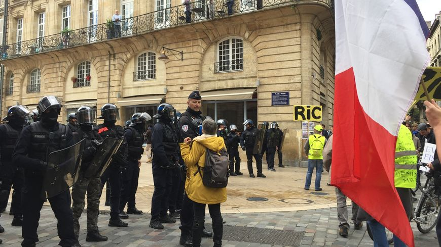 Une manifestante parle avec les forces de l'ordre lors de l'acte 25 des gilets jaunes à Bordeaux.