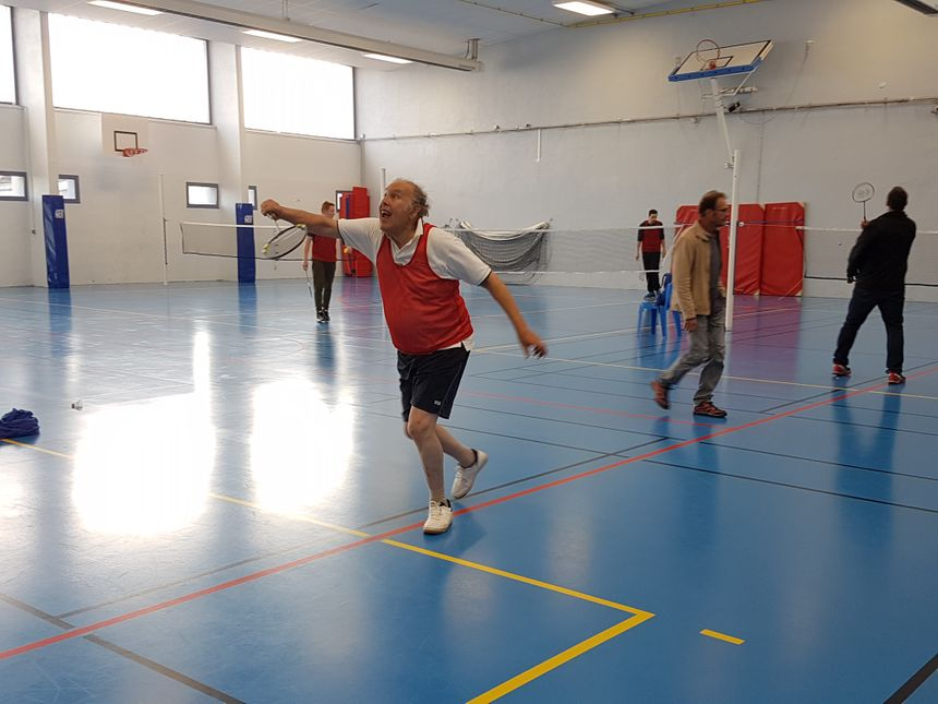 Michel Barda a pris des cours de badminton avec le Stade Auxerrois pour se préparer à l'épreuve du bac. Les déplacements ne sont pas évidents mais le septuagénaire a de la ressource.