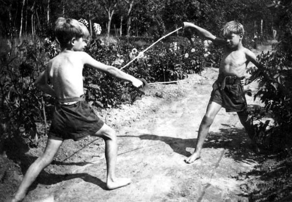Jean-Paul Belmondo et son frère Alain, jouant à Clairefontaine, en 1940.