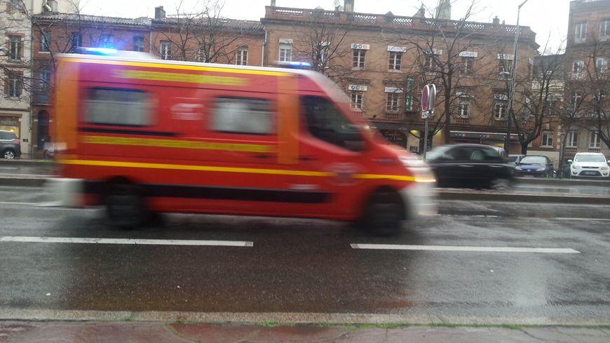 Les pompiers ont réussi à sauver l'homme, mais pas le chien.