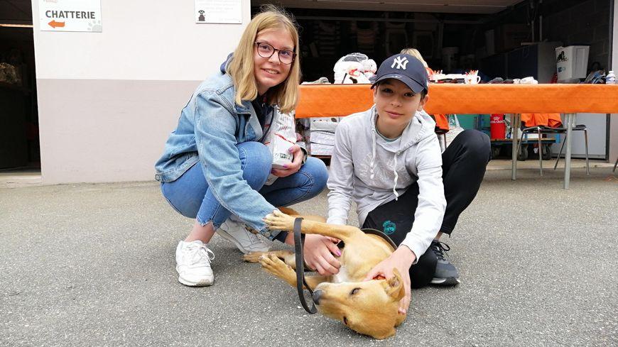 Chloé et Nathan et leur nouveau chien Menthos, un berger créole