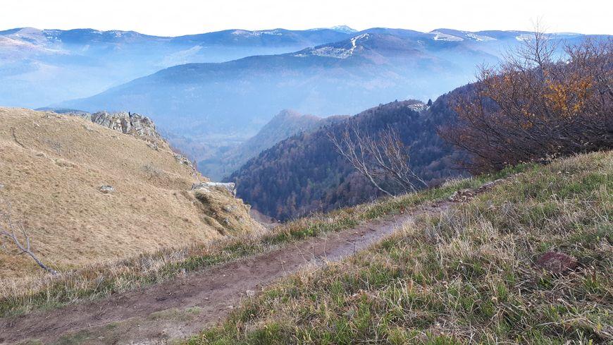 Interdiction aux véhicules à moteur de rouler sur des sentiers de randonnée comme ici au sommet du Hohneck