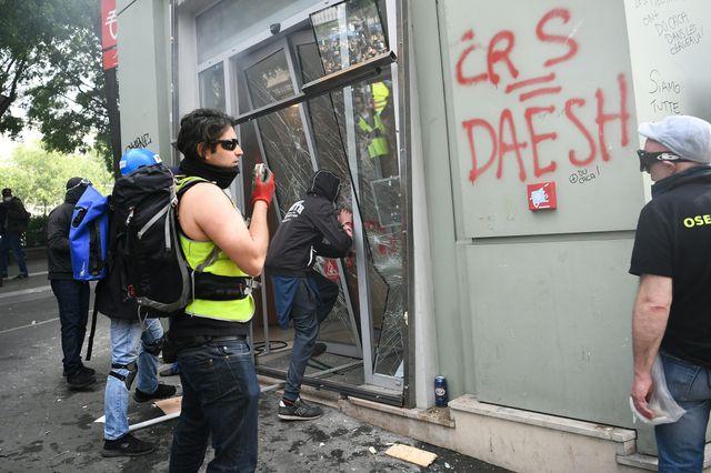 Sur la vitrine de cette banque parisienne vandalisée, le slogan CRS=SS a été remis au goût du jour