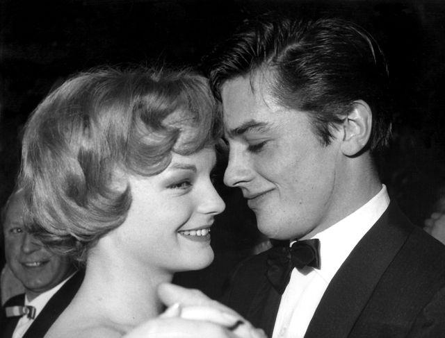 Alain Delon et Romy Schneider lors d'un bal en 1959
