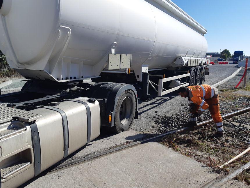 Pour passer, les camions citerne doivent passer par l'autre côté de la rue de Bethencourt, et traverser une petite zone de chantier.