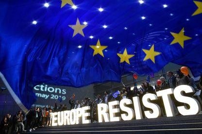 « L'Europe résiste » : les activistes de l'ONG Avaaz ont brandi les lettres formant ce slogan devant le siège des Institutions européennes à Bruxelles, à l'annonce des résultats des élections.