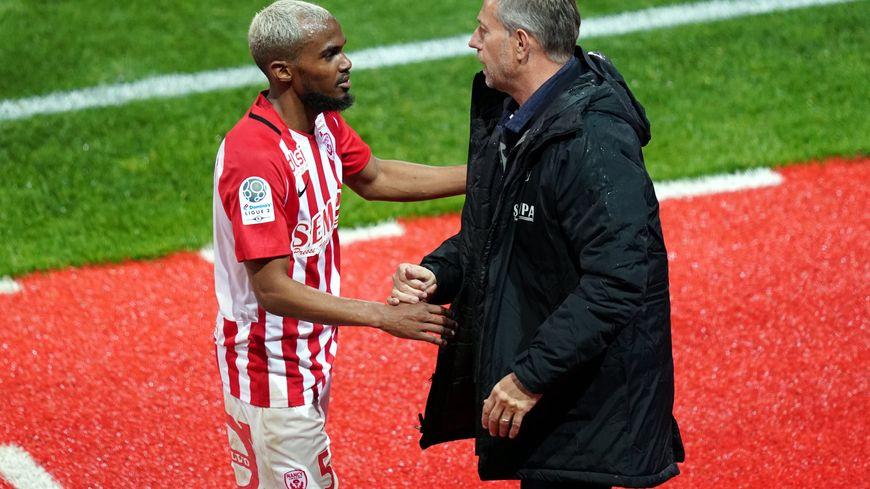 Wilfried Moimbé-Tahrat sert la main de son entraîneur Alain Perrin