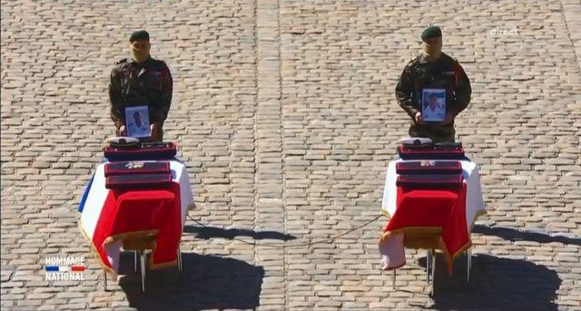 """La """"sangle de survie"""", symbole de solidarité relie les cercueils de Cédric de Pierrepont et Alain Bertoncello"""