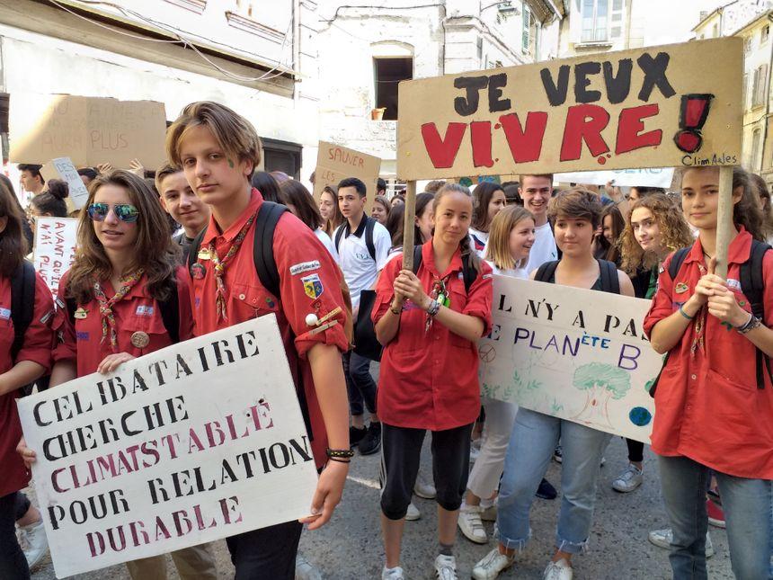 Près de 300 jeunes ont défilé dans les rues en centre-ville d'Avignon.