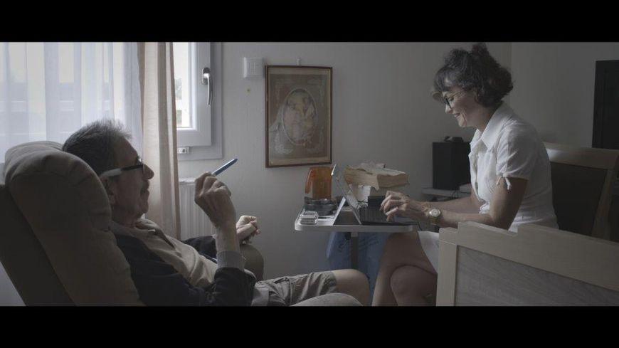 La biographe des malades Christelle Cuinet est la directrice de l'association Traces de vies. Extrait du documentaire A la mort, à la vie.